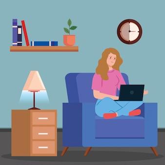 Mujer teletrabajando en la sala de estar