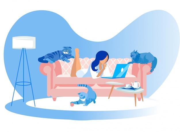 Mujer tendida en el sofá con ordenador portátil y gatos alrededor