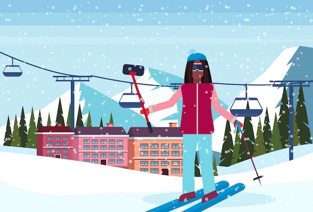 Mujer tomando selfie en el hotel resort de esquí
