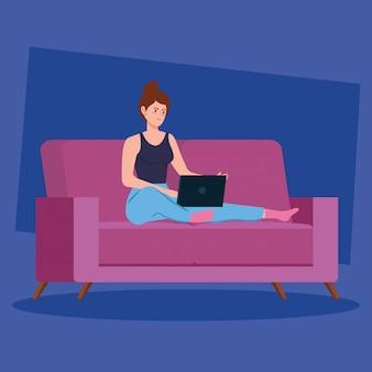 Mujer trabajando en teletrabajo con laptop en sofá
