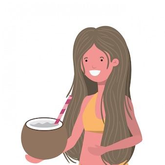 Mujer con traje de baño y agua de coco en la mano.
