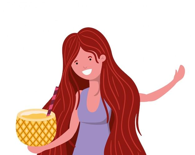 Mujer con traje de baño y cóctel de piña en la mano.