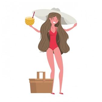 Mujer con traje de baño y cóctel de piña.