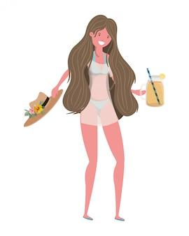 Mujer con traje de baño y copa con refrescante bebida.