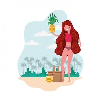 Mujer con traje de baño y piña en mano.