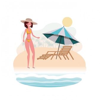 Mujer con traje de baño en la playa y sombrilla.