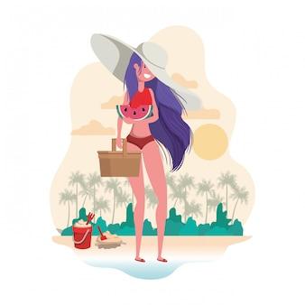 Mujer con traje de baño y ración de sandía en mano.