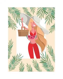 Mujer con traje de baño y ración de sandía en marco de mano.