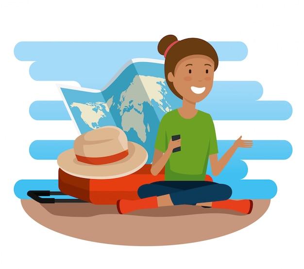 Mujer turista con mapa global y maleta