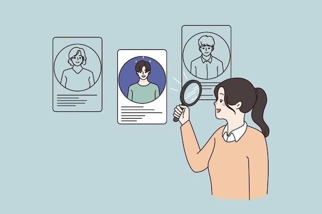 La mujer usa la lente de la lupa elige candidatos para el puesto de trabajo
