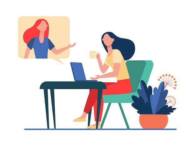 Mujer usando laptop y hablando con un amigo. videollamada, bocadillo, taza de té ilustración vectorial plana. comunicación, concepto de video chat en línea