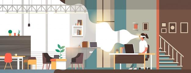 Mujer use gafas digitales mirando realidad virtual moderna sala de estar visión interior auriculares innovación concepto plano horizontal