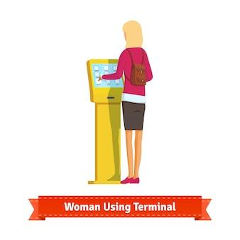 Mujer, uso, electrónico, autoservicio, terminal