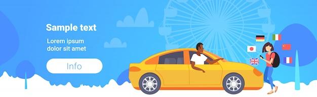 Mujer utilizando diccionario móvil o traductor turístico discutiendo con el conductor de taxi comunicación personas concepto de conexión diferentes banderas rueda de la fortuna fondo copia espacio horizontal completo