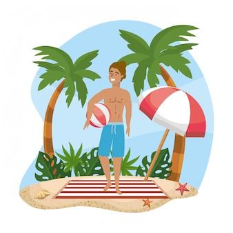 Mujer vestida con pantalones cortos de baño con pelota de playa y paraguas