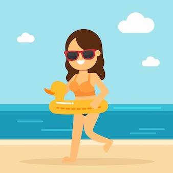 La mujer va a viajar en vacaciones de verano, mujer feliz corriendo en la playa