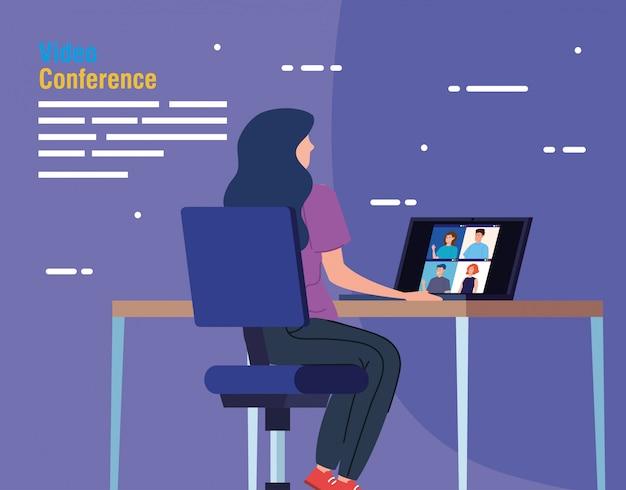 Mujer en video conferencia desde la computadora portátil