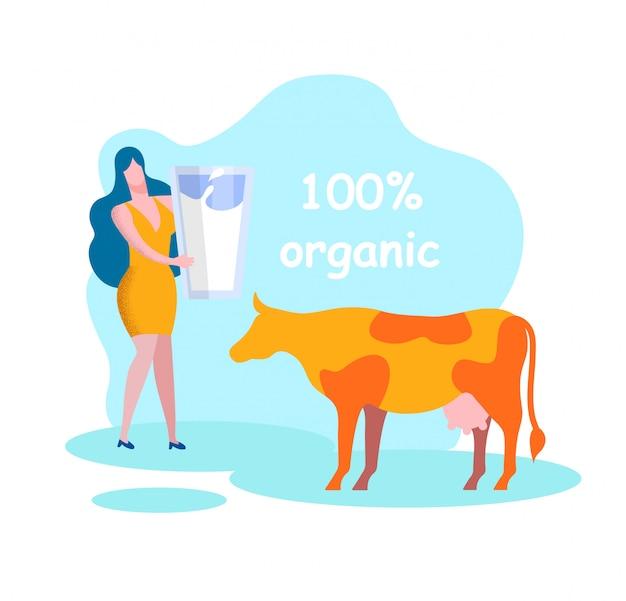 Mujer con vidrio cerca de vaca. productos lácteos orgánicos.