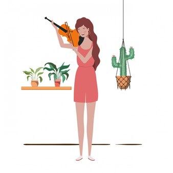 Mujer con violín y plantas de interior en perchas de macramé