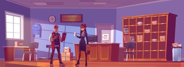 Mujer visita la oficina de correos. chica joven muestra la carta al empleado del hombre en el mostrador de recepción