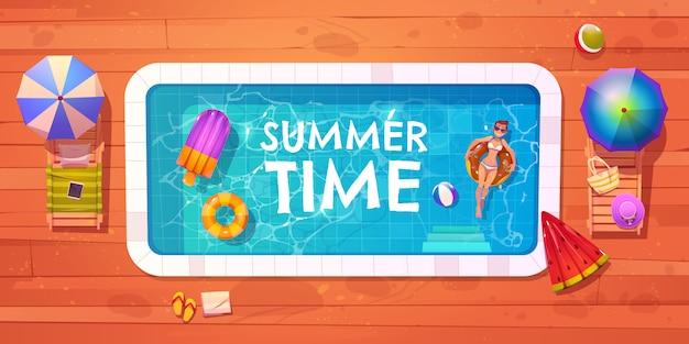 Mujer en la vista superior de la piscina, relajarse en verano