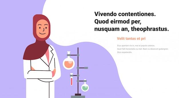 Mujeres árabes científicos trabajando banner