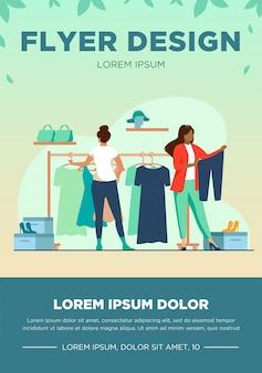 Mujeres eligiendo ropa en tienda de ropa. vestido, zapatos, pantalones ilustración vectorial plana. concepto de moda y compras
