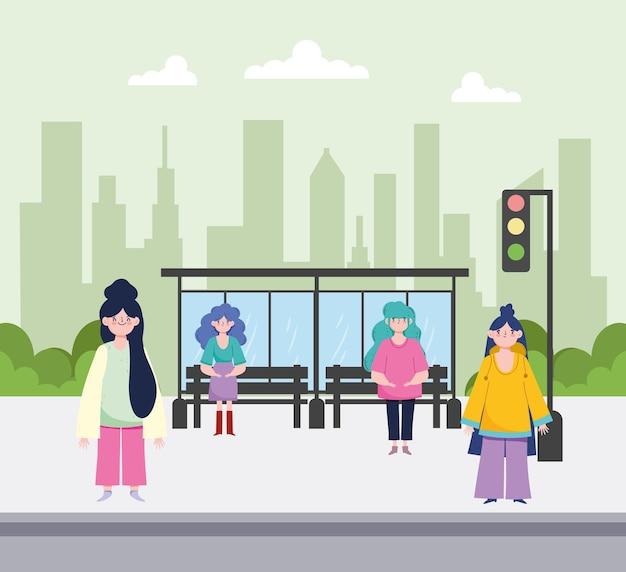 Mujeres esperando en la calle