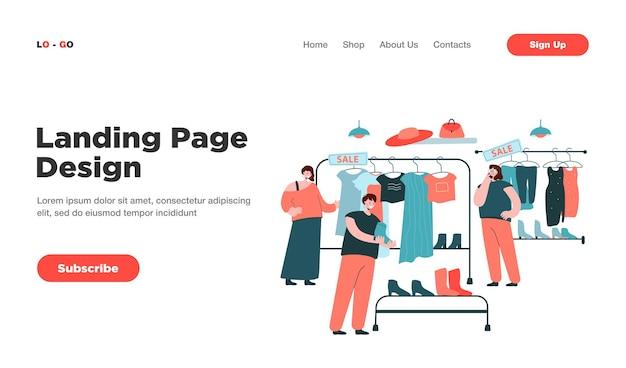 Mujeres felices eligiendo ropa en la página de inicio de la tienda