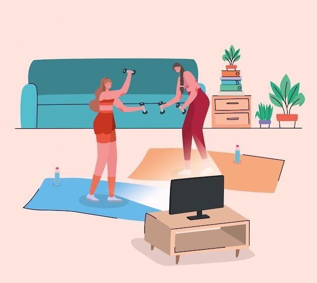 Mujeres haciendo deporte en la colchoneta frente a la computadora