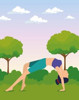 Mujeres haciendo ejercicio con árboles y arbustos.