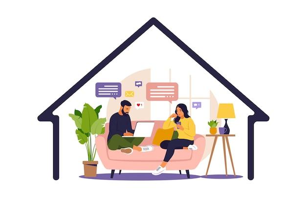 Mujeres y hombres sentados en un sofá y trabajando en línea en casa. distanciamiento social y autoaislamiento durante la cuarentena del virus corona. estilo plano.