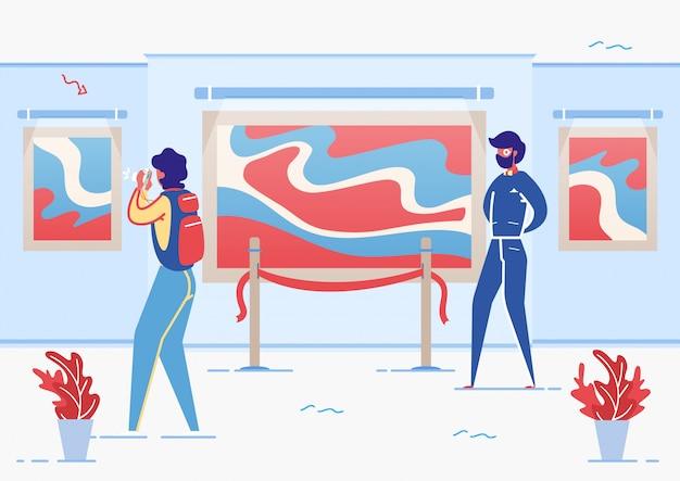 Mujeres y hombres turistas que visitan el salón de la galería de arte.