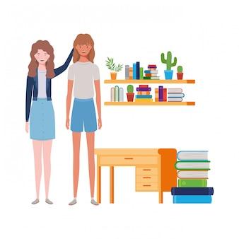 Mujeres de pie con estantería de madera y libros.