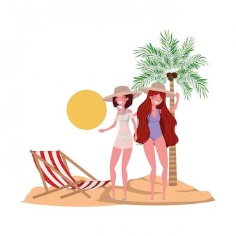 Mujeres en la playa con traje de baño y palmeras.