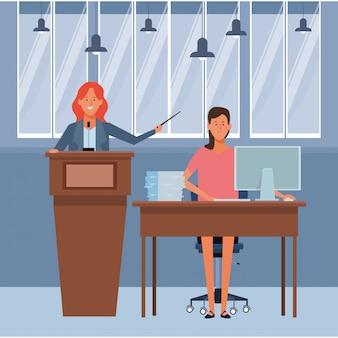 Mujeres en un podio y escritorio de oficina