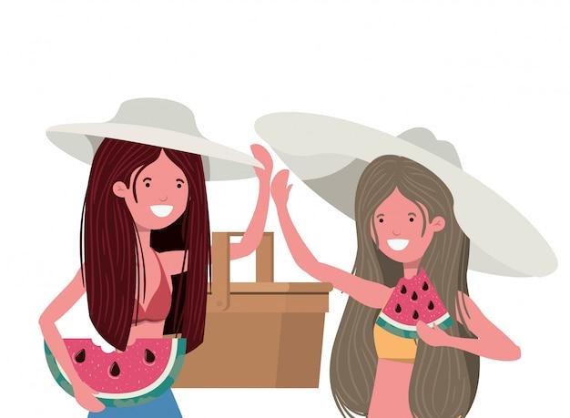 Mujeres con porción de sandia en mano en blanco.