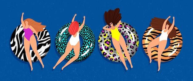 Las mujeres se relajan. chicas nadando con anillos flotantes en el mar.