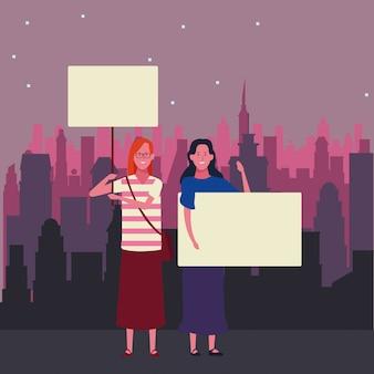 Mujeres sosteniendo pancartas en blanco