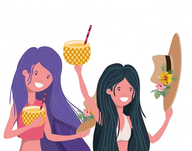 Mujeres con traje de baño y cóctel de piña.