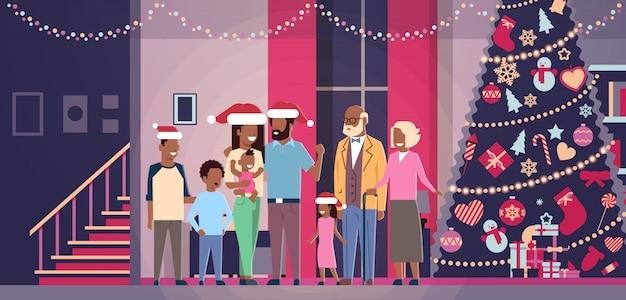 Multi generación familia afroamericana de pie juntos en casa cerca de abeto decorado feliz año nuevo feliz navidad concepto plano horizontal