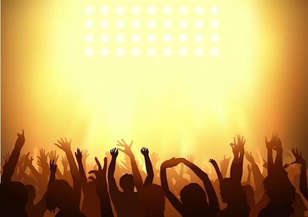 Multitud bailando en un concierto con la celebración de sus brazos