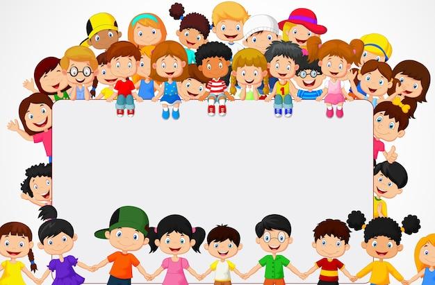 Multitud de niños con signo en blanco