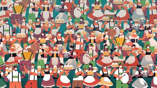 Multitud de personas en máscaras médicas bebiendo cerveza celebración de la fiesta de oktoberfest