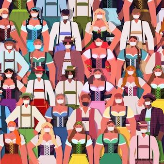 Multitud de personas en máscaras médicas bebiendo cerveza fiesta oktoberfest