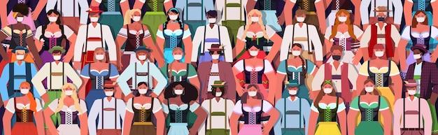 Multitud de personas con máscaras médicas bebiendo cerveza
