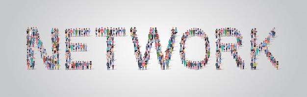 Multitud de personas reunidas en forma de palabra de red