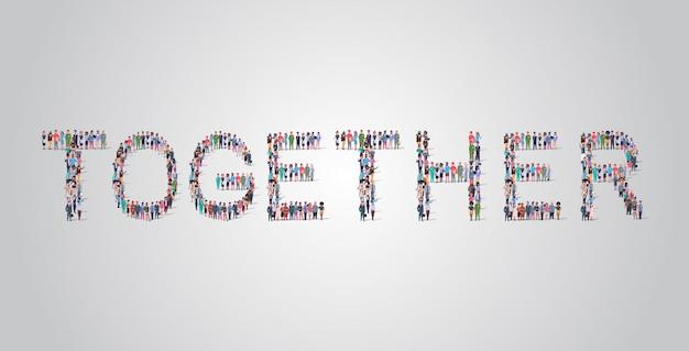 Multitud de personas reuniéndose en forma de palabra juntos
