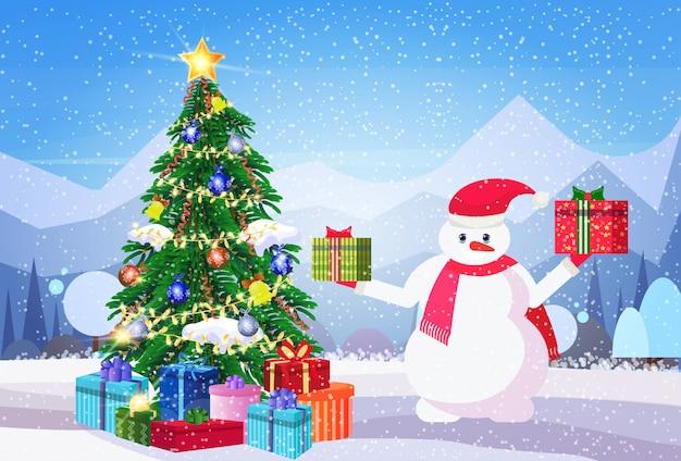Muñeco de nieve con cajas de regalo envueltas y árbol de navidad