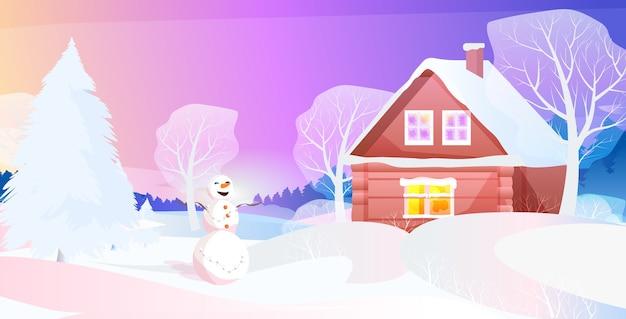 Muñeco de nieve cerca de la casa cubierta de nieve en la noche de invierno pueblo año nuevo vacaciones de navidad celebración concepto tarjeta de felicitación paisaje fondo ilustración vectorial horizontal